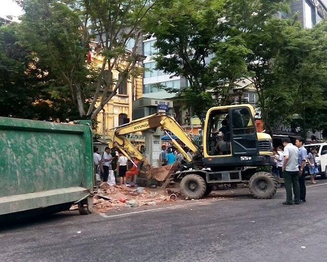 Sập nhà cũ ở Hà Nội, hai người tử vong dưới đống đổ nát ảnh 46