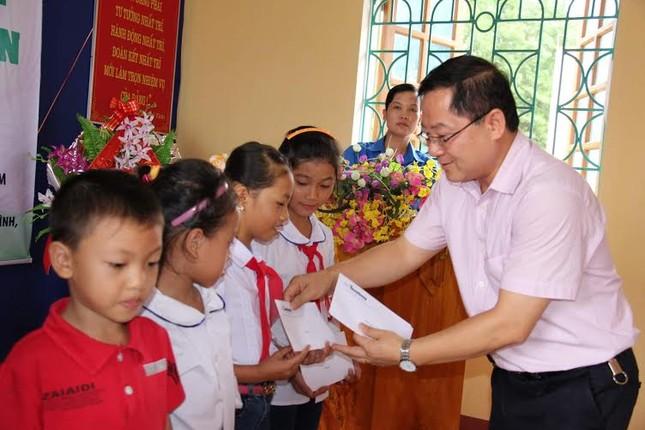 Trao quà cho cựu TNXP và học sinh nghèo học giỏi Yên Bái ảnh 1