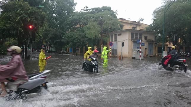 Nhiều khu vực Hà Nội ngập sâu sau bão ảnh 2