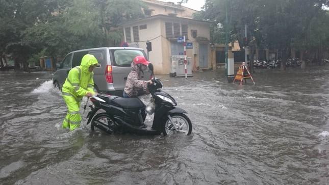 Nhiều khu vực Hà Nội ngập sâu sau bão ảnh 1