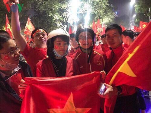 Phó thủ tướng Vũ Đức Đam ra đường mừng chiến thắng U23 Việt Nam