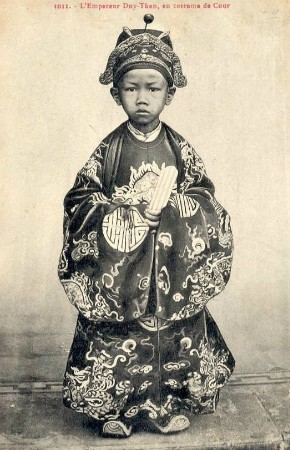 Vua Duy Tân lên ngôi năm bao nhiêu tuổi?