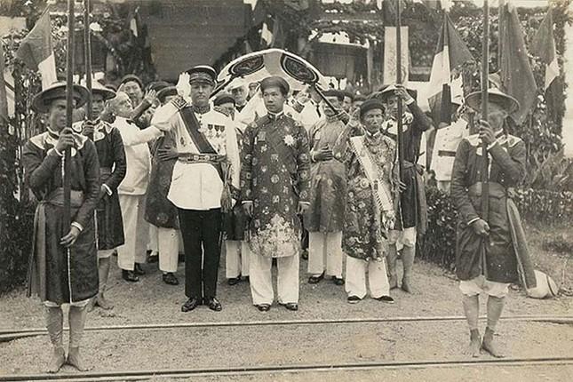 Sau khi lên ngôi, vua Bảo Đại theo học ở Việt Nam hay Pháp?