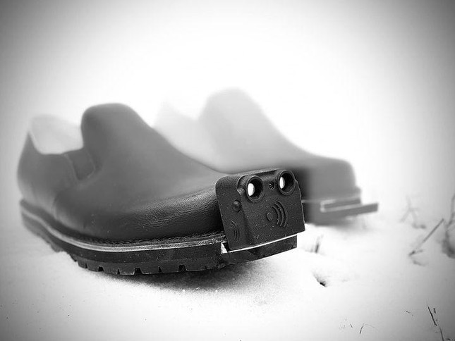 Shoes integrated with artificial intelligence help blind people avoid obstacles Photo 4