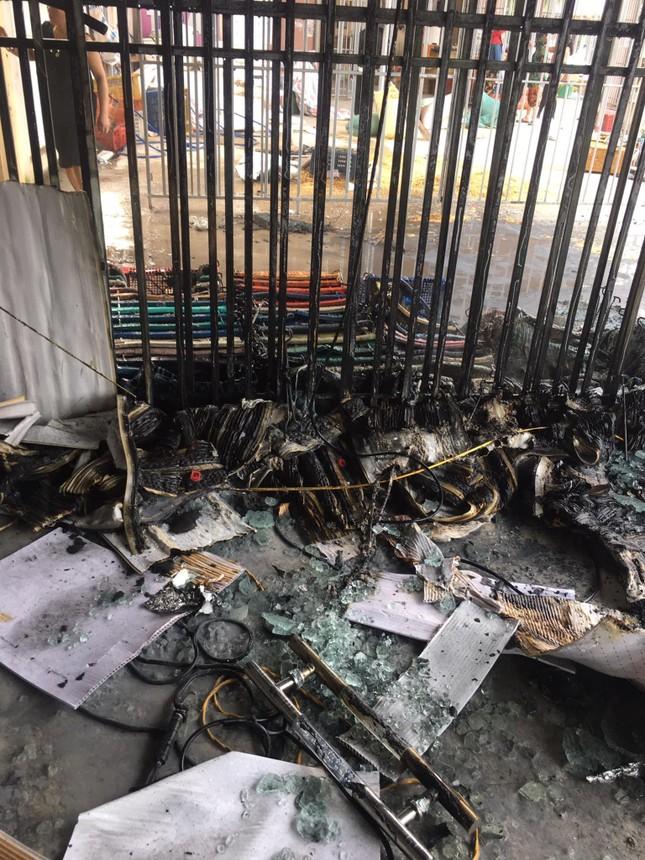Tia lửa hàn thiêu rụi ki ốt bán thuốc ngay giữa chợ ảnh 1