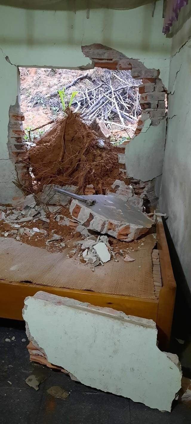 Người đàn ông đang ngủ bất ngờ bị tường đổ đè trúng người ảnh 1