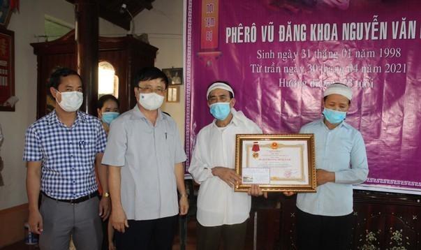 Truy tặng Huân chương dũng cảm của Chủ tịch nước cho sinh viên Nguyễn Văn Nhã ảnh 1