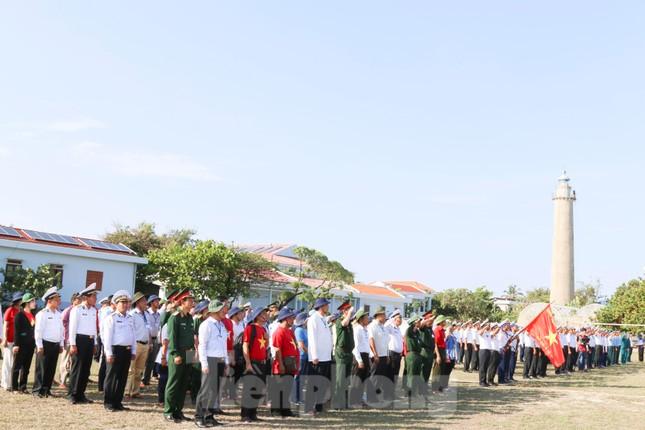 Trang nghiêm lễ chào cờ Tổ quốc trên quần đảo Trường Sa ảnh 1