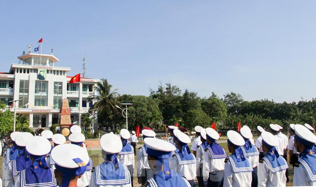 Trang nghiêm lễ chào cờ Tổ quốc trên quần đảo Trường Sa ảnh 4