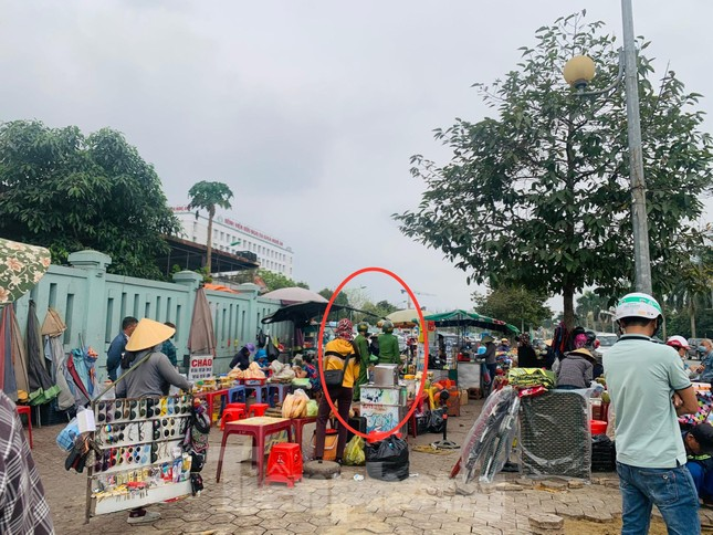 Nhếch nhác trước cổng bệnh viện: Đề xuất xây dựng chợ tạm? ảnh 1