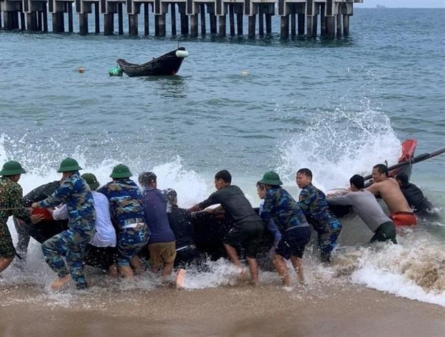 Cứu sống vợ chồng ngư dân gặp nạn trên biển ảnh 1