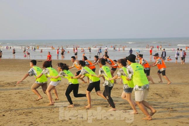 Biển Hà Tĩnh đông nghịt người ngày nghỉ lễ ảnh 10
