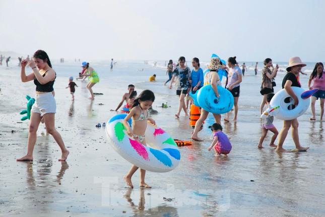 Biển Hà Tĩnh đông nghịt người ngày nghỉ lễ ảnh 7