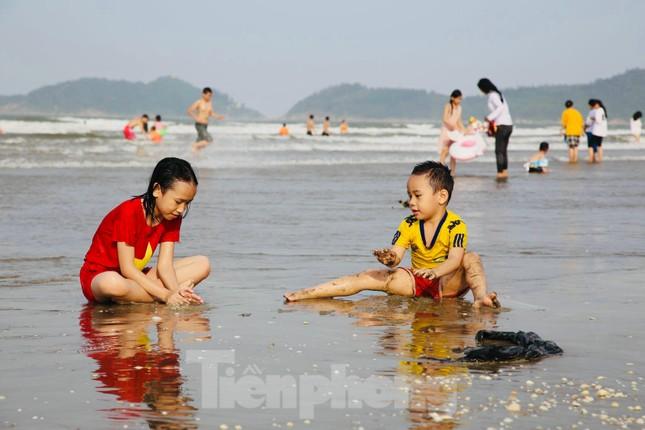 Biển Hà Tĩnh đông nghịt người ngày nghỉ lễ ảnh 4
