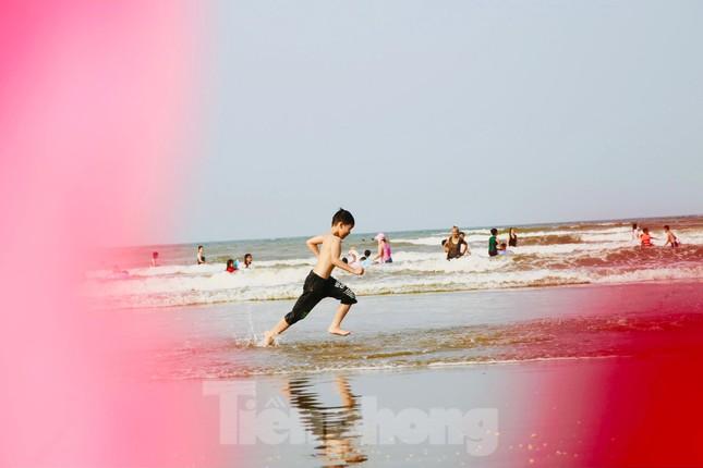 Biển Hà Tĩnh đông nghịt người ngày nghỉ lễ ảnh 12