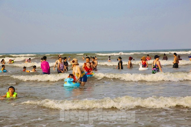 Biển Hà Tĩnh đông nghịt người ngày nghỉ lễ ảnh 3