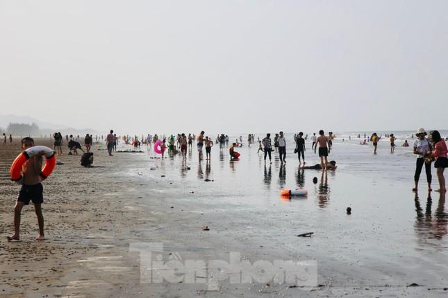 Biển Hà Tĩnh đông nghịt người ngày nghỉ lễ ảnh 1