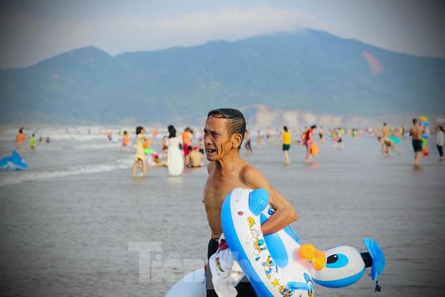 Biển Hà Tĩnh đông nghịt người ngày nghỉ lễ ảnh 6