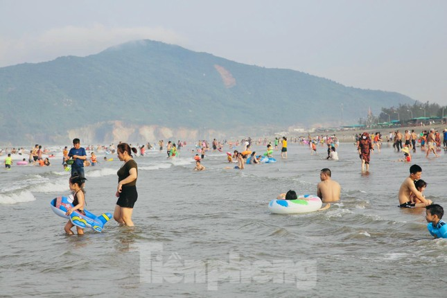 Biển Hà Tĩnh đông nghịt người ngày nghỉ lễ ảnh 13