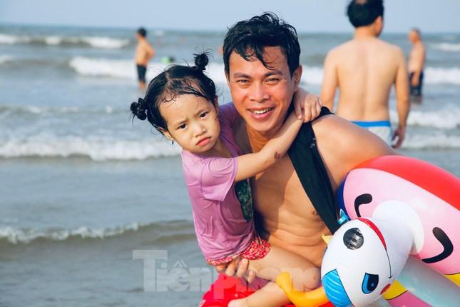 Biển Hà Tĩnh đông nghịt người ngày nghỉ lễ ảnh 15