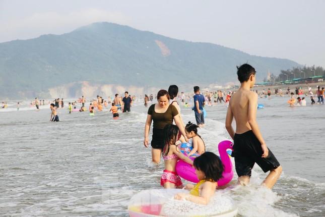 Biển Hà Tĩnh đông nghịt người ngày nghỉ lễ ảnh 11