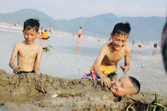 Biển Hà Tĩnh đông nghịt người ngày nghỉ lễ ảnh 5
