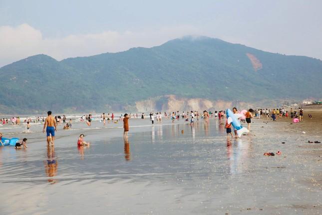 Biển Hà Tĩnh đông nghịt người ngày nghỉ lễ ảnh 8