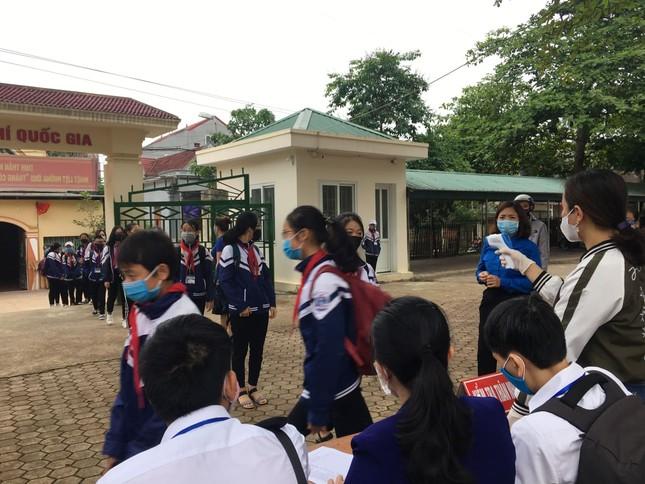 Ấn tượng hình ảnh 'chiến sỹ áo xanh' hỗ trợ phòng dịch tại các trường học ảnh 2