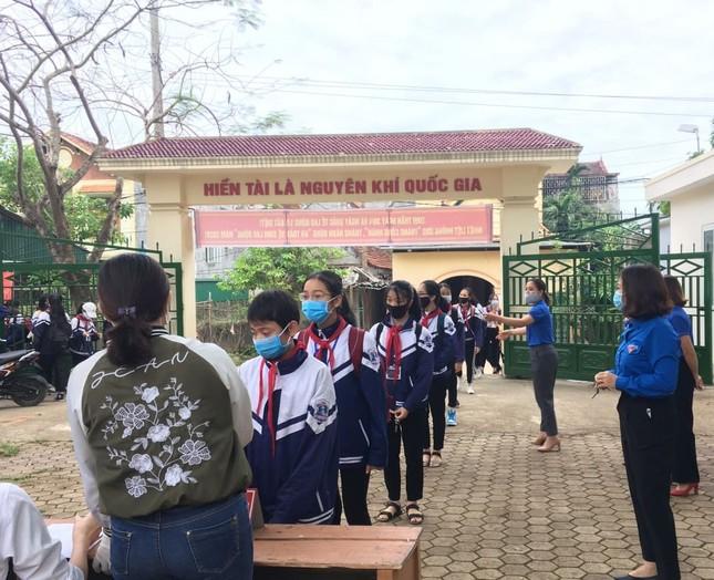 Ấn tượng hình ảnh 'chiến sỹ áo xanh' hỗ trợ phòng dịch tại các trường học ảnh 5