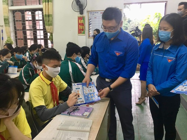 Ấn tượng hình ảnh 'chiến sỹ áo xanh' hỗ trợ phòng dịch tại các trường học ảnh 7