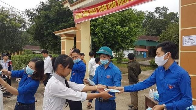 Ấn tượng hình ảnh 'chiến sỹ áo xanh' hỗ trợ phòng dịch tại các trường học ảnh 6