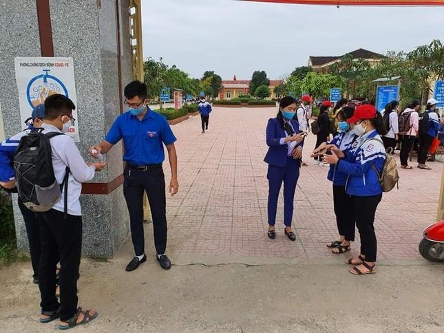 Ấn tượng hình ảnh 'chiến sỹ áo xanh' hỗ trợ phòng dịch tại các trường học ảnh 3