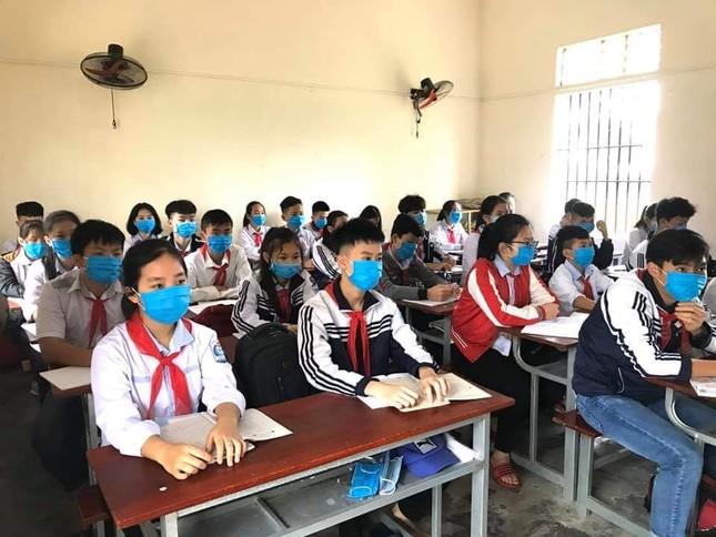Ấn tượng hình ảnh 'chiến sỹ áo xanh' hỗ trợ phòng dịch tại các trường học ảnh 1