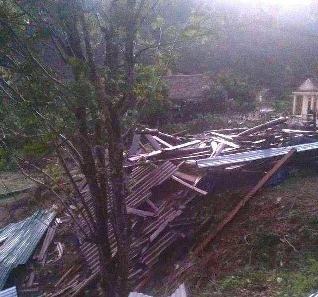 Lốc xoáy tàn phá miền núi Nghệ An, cụ bà bị nhà sập đè gãy chân ảnh 2