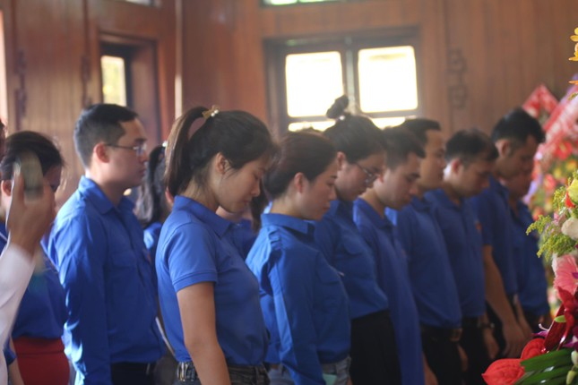 Trẻ em mặc áo đỏ sao vàng thả tim tại làng Sen quê Bác ảnh 5