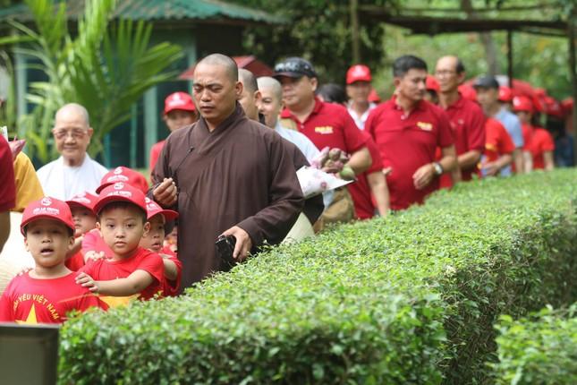 Trẻ em mặc áo đỏ sao vàng thả tim tại làng Sen quê Bác ảnh 1