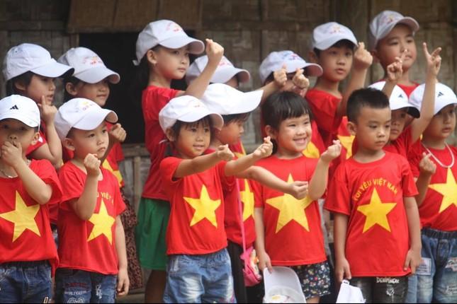 Trẻ em mặc áo đỏ sao vàng thả tim tại làng Sen quê Bác ảnh 8