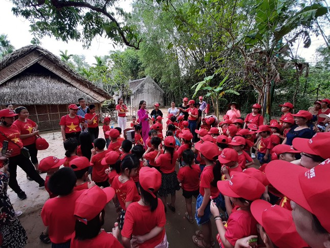 Trẻ em mặc áo đỏ sao vàng thả tim tại làng Sen quê Bác ảnh 7