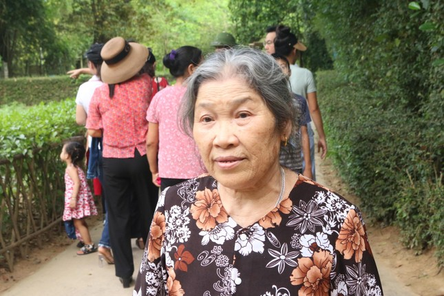 Trẻ em mặc áo đỏ sao vàng thả tim tại làng Sen quê Bác ảnh 4