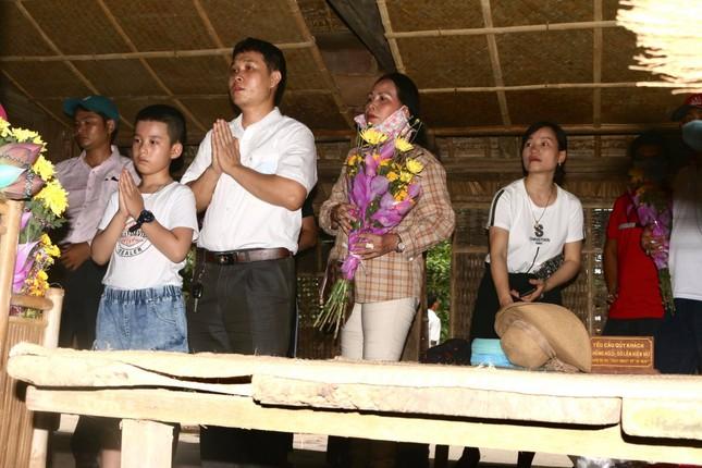 Trẻ em mặc áo đỏ sao vàng thả tim tại làng Sen quê Bác ảnh 3