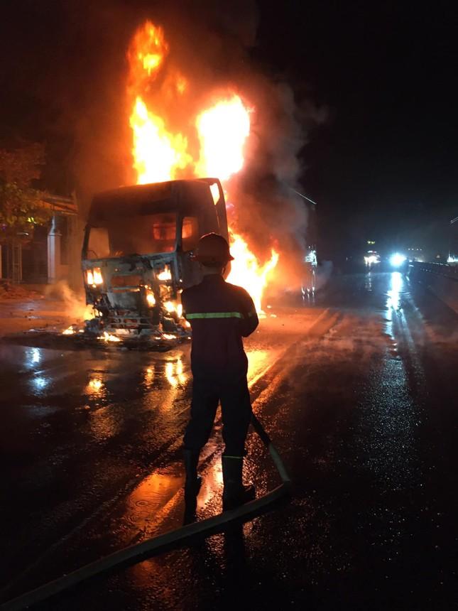 Đang lưu thông, chiếc xe đầu kéo bất ngờ bốc cháy dữ dội ảnh 1