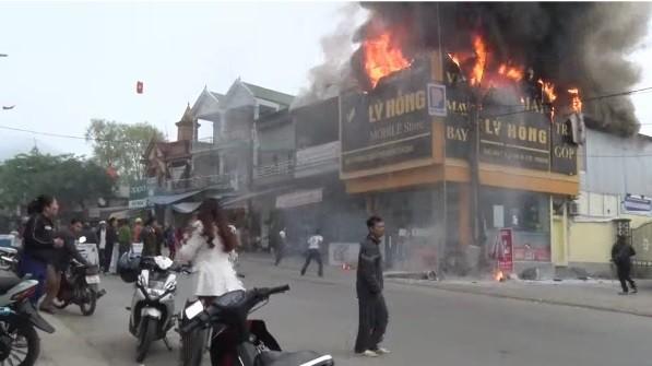 Chập điện máy nổ, cửa hàng điện tử bốc cháy ngùn ngụt ảnh 1