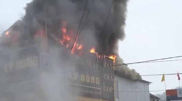 Chập điện máy nổ, cửa hàng điện tử bốc cháy ngùn ngụt ảnh 2