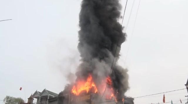 Chập điện máy nổ, cửa hàng điện tử bốc cháy ngùn ngụt ảnh 4