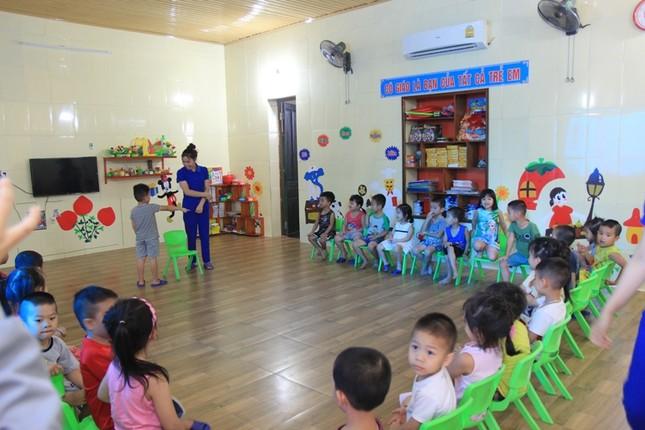 Vụ cô giáo quỳ gối: Đình chỉ cơ sở nhưng gia hạn hoàn thiện thủ tục ảnh 2