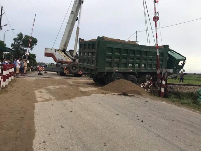 Tàu hỏa đâm văng xe ben khỏi đường ray khi cuộc 'giải cứu' bất thành ảnh 1