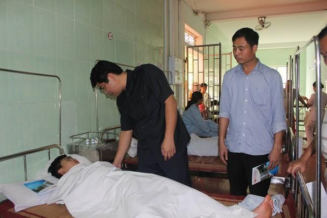 Hai chiến sỹ bị thương nặng khi di dời dân ra khỏi vùng lũ nguy hiểm ảnh 1