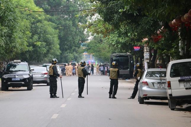 Gần 100 cảnh sát bao vây đối tượng mang hàng nóng tử thủ ảnh 10