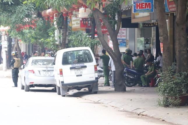 Gần 100 cảnh sát bao vây đối tượng mang hàng nóng tử thủ ảnh 11