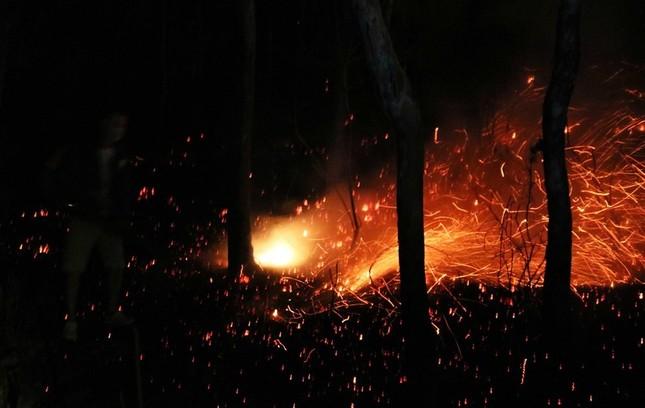 Hơn 1.000 người lên núi ở Nghệ An dập biển lửa ảnh 1